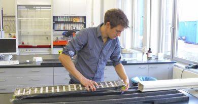 James Collins bei der Entnahme von Proben aus einem Sedimentkern aus dem Golf von Guinea (Foto: MARUM − Zentrum für Marine Umweltwissenschaften, Universität Bremen)