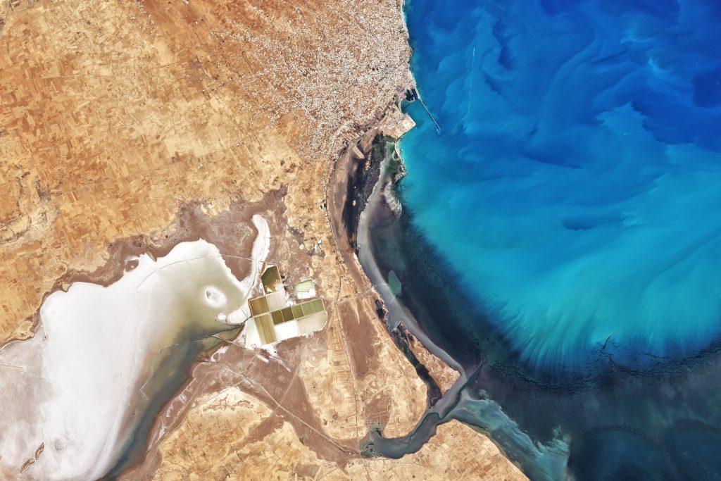 Näherer Blick auf das Meer, etwa 15 Kilometer südlich der Küstenstadt Zarzis, aufgezeichnet am 9. März vom Multispectral Imager (MSI) auf Sentinel-2
