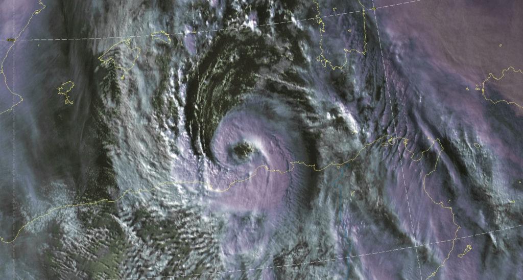 """Medicane """"Detlef vor der Küste Algeriens - Bild: Severe Weather https://www.severe-weather.eu/recent-events/medicane-western-mediterranean-algeria-landfall-mk"""
