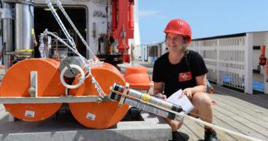 Dr. Morelia Urlaub kontrolliert auf dem Forschungsschiff SONNE einen GeoSEA-Transponder, bevor dieser am Meeresboden abgesetzt wird.